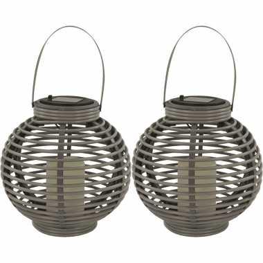 2x buiten/tuin grijze rotan lampionnen/hanglantaarns 20 cm solar tuinverlichting