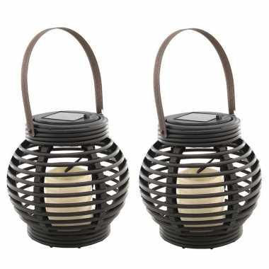 Set van 2x stuks buiten/tuin zwarte rotan lampionnen/hanglantaarns 16 cm solar tuinverlichting